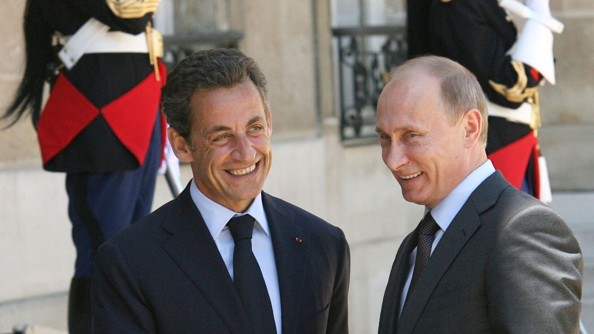 Церемония приветствия педседателя правительства РФ Владимира Путина президентом Франции Николя Саркози. - РИА Новости, 1920, 24.07.2020