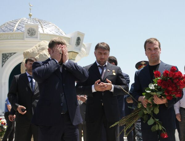 Президент РФ Д.Медведев возложил цветы к могиле Ахмата Кадырова