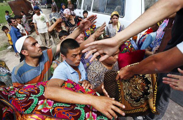 Раздача предметов первой необходимости в лагере узбекских беженцев, расположенном на границе с Узбекистаном