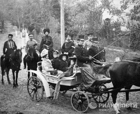 Царевич Алексей с сёстрами сидит в коляске
