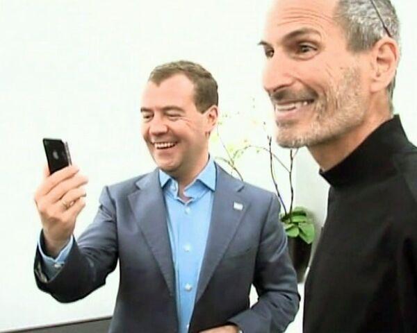Медведев написал в Twitter и позвонил Дворковичу с нового iPhone 4