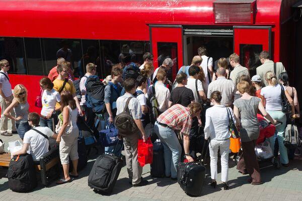 Пассажиры на платформе Белорусского вокзала у электрички компании Аэроэкспресс. Архив