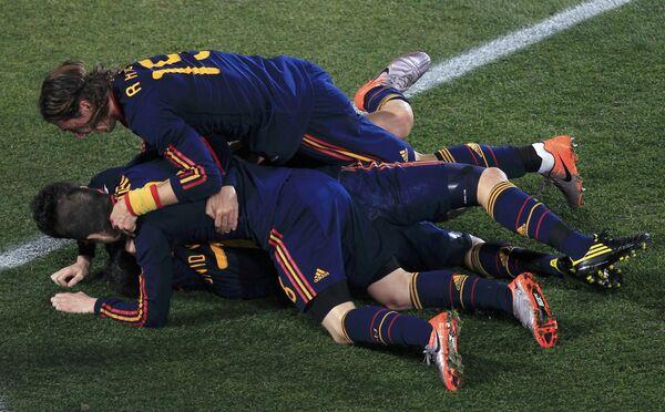 Футболисты Испании радуются голу, забитому в ворота Парагвая