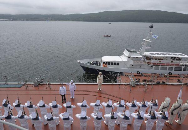 Президент РФ Д.Медведев наблюдает за ходом оперативно-стратегических учений Восток-2010. Архив