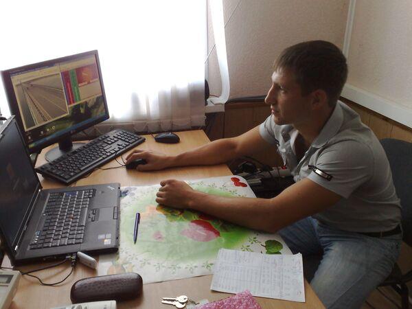 Диспетчер следит за показаниями датчиков ускорения колебаний конструкций моста в Волгограде.