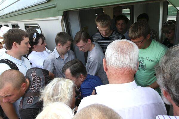 Пассажиры электропоездов на Курском вокзале Москвы. Архив
