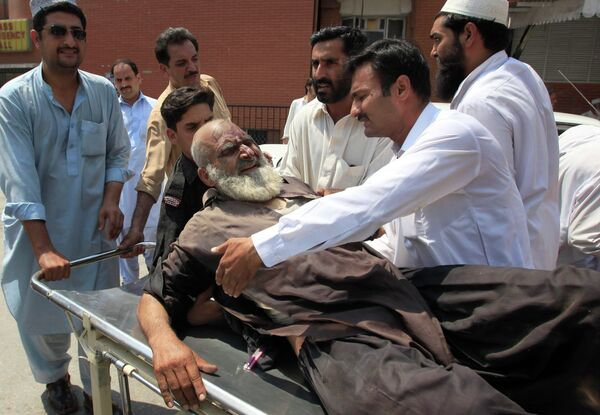 Пострадавший во время взрыва в Пакистане 9 июля 2010 г.
