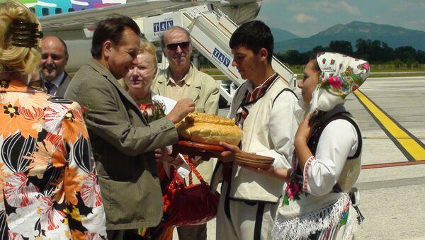 Михаила Плетнева встречают в аэропорту Охрида, в Македонии