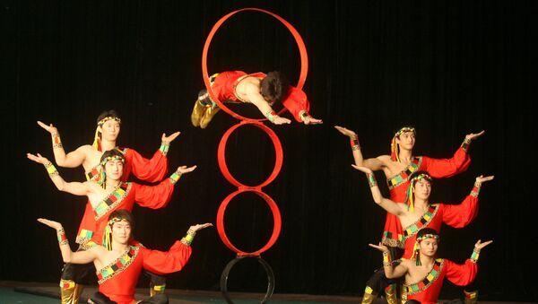 Цирковое шоу Жемчужина Бохая основано на древнем предании о небожителях одного из трех легендарных священных островов-гор в Восточном море, которые умели летать.