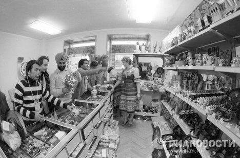 Иностранные туристы покупают сувениры