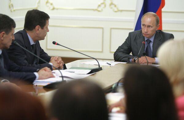 Премьер-министр РФ Владимир Путин и вице-премьер РФ Александр Жуков (справа налево). Архив