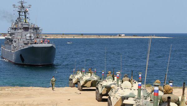 Погрузка морского десанта на десантный корабль Ямал в Севастополе