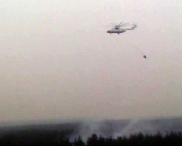Пожарный вертолет тушит лес у Лыткарино.