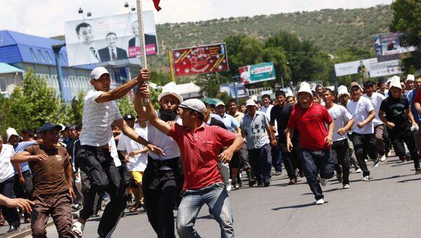Жители Джалал-Абада киргизской национальности идут к зданию университета Дружбы народов, где находятся жители города узбекской национальности. Архив