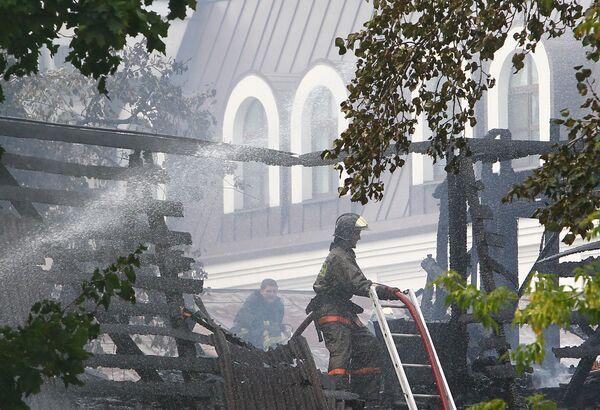 Деревянные постройки около Храма святых первоверховных апостолов Петра и Павла в центре Москвы потушены