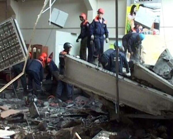 Крыша торгового комплекса обрушилась в Саратове. Видео с места ЧП