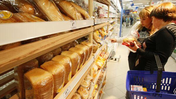 Продажа хлеба в супермаркете. Архив