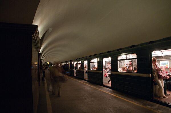 Энергетический коллапс в Петербурге. Пассажиры под землей. Архив