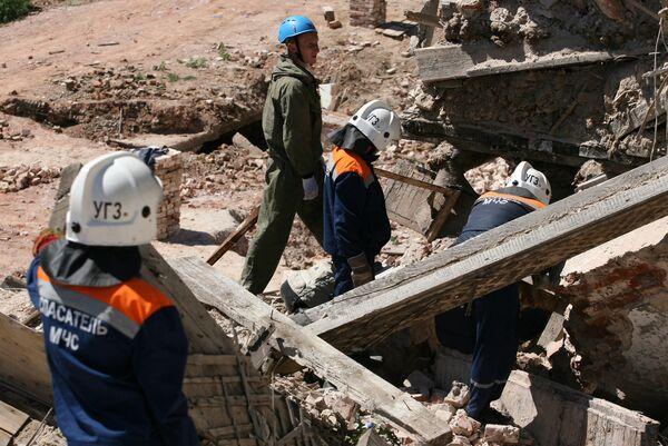 Спасатели МЧС на месте обрушения. Архив
