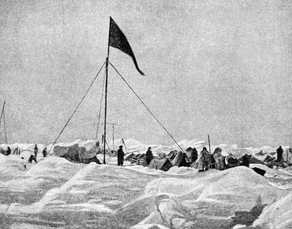 Лагерь экспедиции О. Шмидта на льдах Арктики