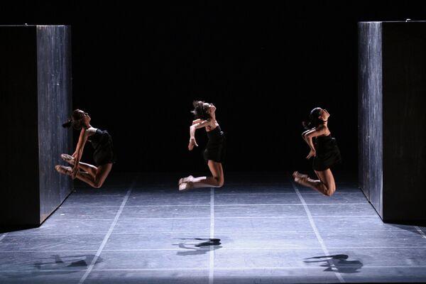 Прогон балета А дальше - тысячелетие покоя хореографа Анжелена Прельжокажа в Большом театре
