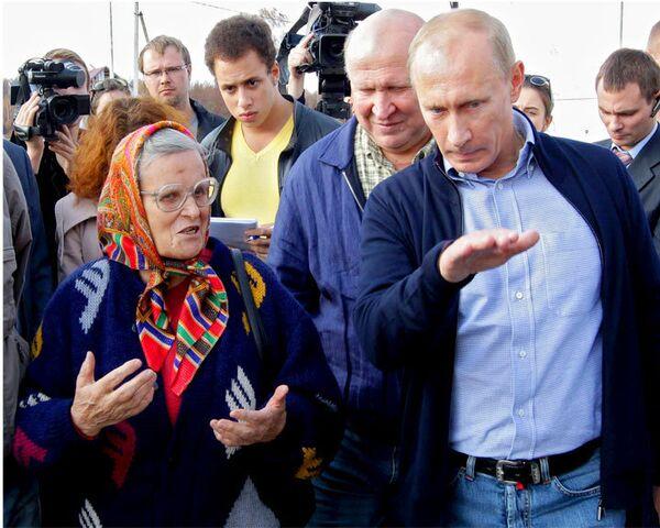 Путин пообещал приехать на новоселье к жителям сгоревшей деревни