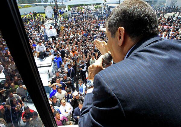 Президент Эквадора Рафаэль Корреа выступил перед своими сторонниками с балкона президентского дворца