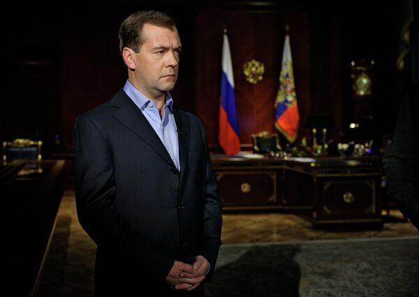 Президент России Дмитрий Медведев во время записи для личного блога на тему: Бессмысленная полоса напряжения в отношениях с Белоруссией обязательно закончится