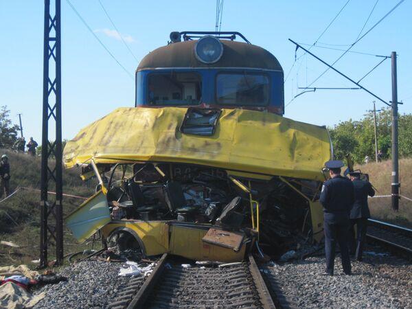 Поезд протаранил автобус с пассажирами на Украине