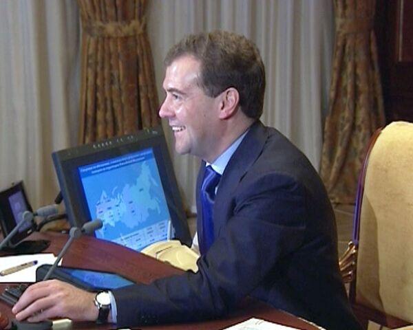 Медведев по видеосвязи поздравил нижегородских молодоженов с новосельем