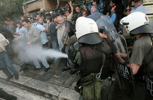 Греческая полиция у входа в Акрополь