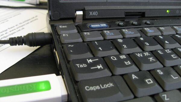 Ноутбук и флэш-накопитель