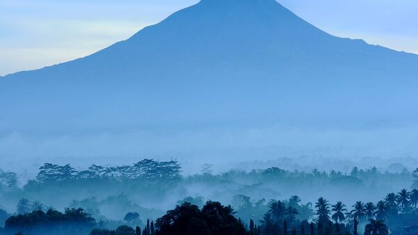 Вулкан Мерапи на рассвете. Архив