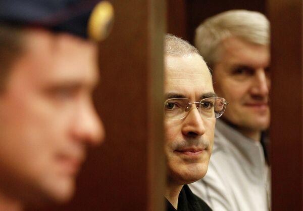 Экс-глава ЮКОСа Михаил Ходорковский и экс-глава МФО Менатеп Платон Лебедев в зале суда 22 октября 2010 г.