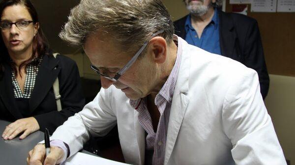 Михаил Барышников дает автографы