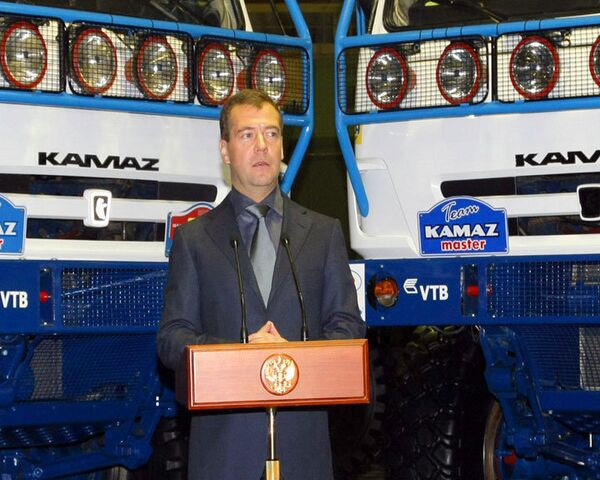 Медведев наградил экипаж команды КАМАЗ-мастер в заводском цехе