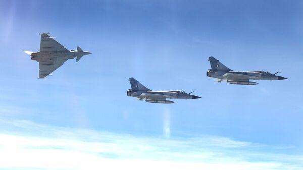 Самолеты Мираж индийских ВВС и Еврофайтер-Тайфун в ходе учений Экс-Индрадхануш в районе базы Калаикунда (Индия)