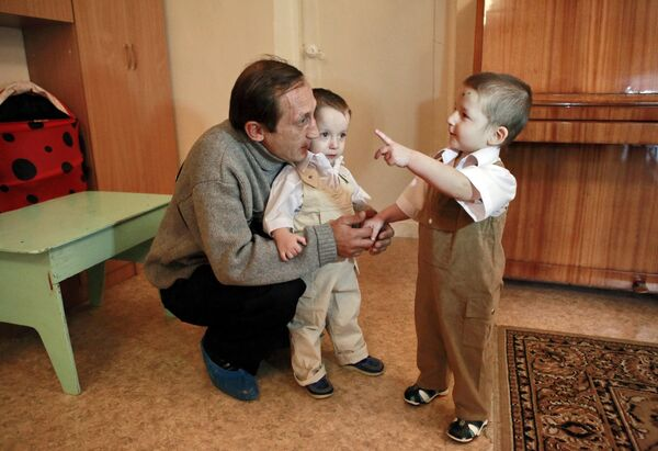 Леонид Галактионов с сыновьями в Доме ребенка. Архив