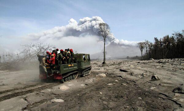 Спасательные работы на месте извержения вулкана Мерапи в Индонезии