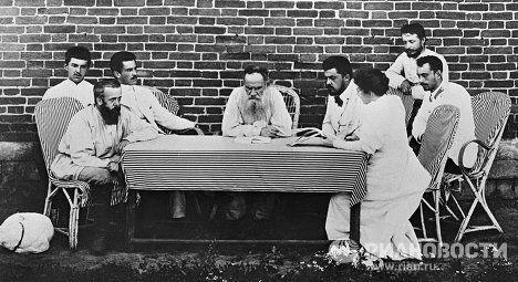 Лев Толстой с членами организации помощи голодающим крестьянам