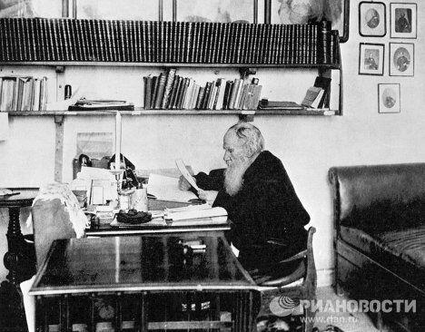 Толстой в своем рабочем кабинете