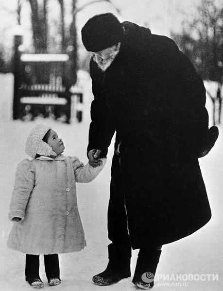 Лев Толстой с внучкой