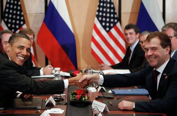 Дмитрий Медведев и Барак Обама во время встречи в Иокогаме