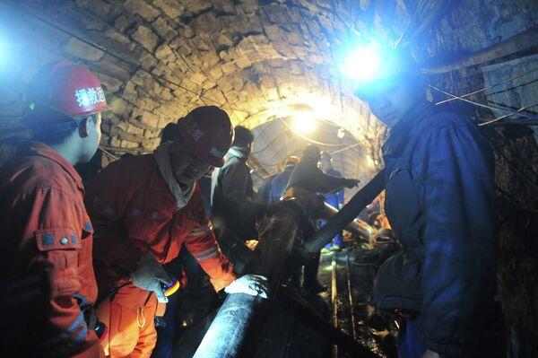 Работы по спасению горняков, заблокированных в затопленной шахте на юго-западе Китая