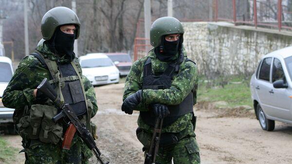 Сотрудники правоохранительных органов во время спецоперации. Архив