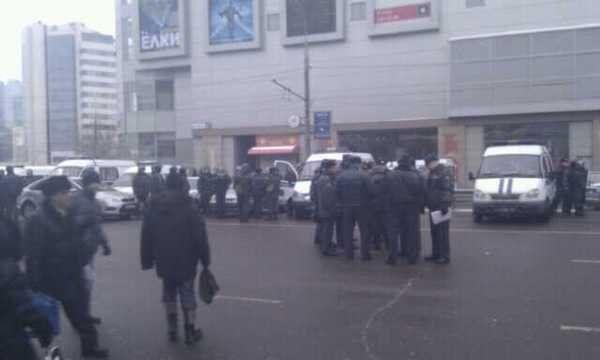 Милицейское патрулирование у здания торгового центра Европейский