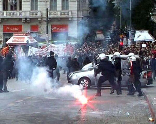Демонстранты жгли машины и забрасывали камнями полицию на улицах Афин
