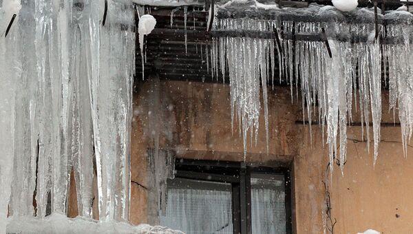 Лед на крыше. Архивное фото