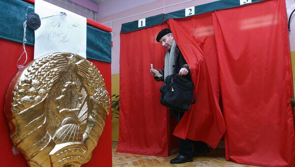 Голосование на одном из избирательных участков г. Минска. Архив.