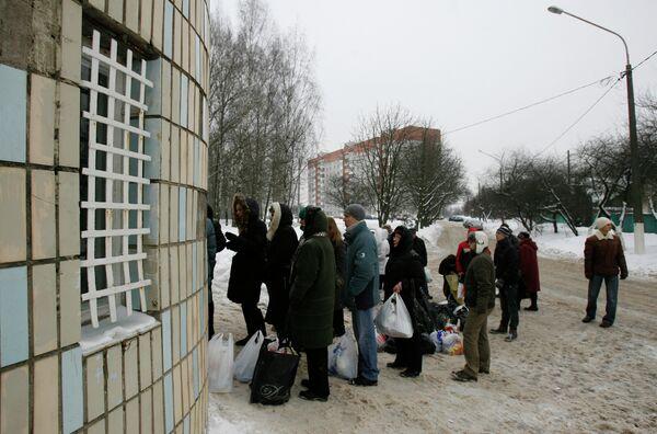 Родственники задержанных после оппозиционных митингов в очереди на передачу в изолятор временного содержания Минска